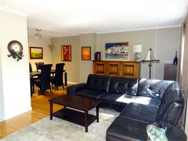 Condo Townhouse at 1050 Shawnmarr Rd, Unit 123, Mississauga, Ontario. Image 5