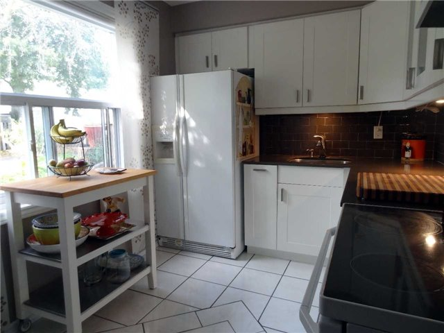 Condo Townhouse at 1050 Shawnmarr Rd, Unit 123, Mississauga, Ontario. Image 6