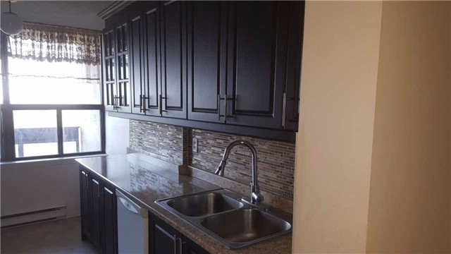 Condo Apartment at 17 Knightsbridge Rd, Unit 909, Brampton, Ontario. Image 2