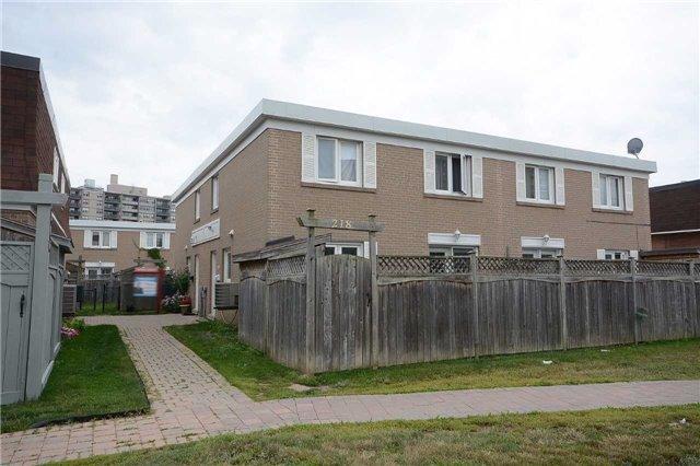 Condo Townhouse at 208 Townhouse Cres, Brampton, Ontario. Image 1