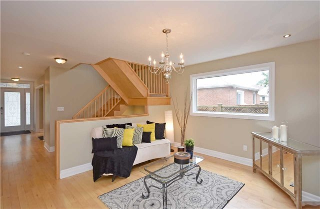 Detached at 13 Pine Ave N, Mississauga, Ontario. Image 19