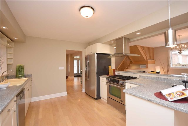 Detached at 13 Pine Ave N, Mississauga, Ontario. Image 2