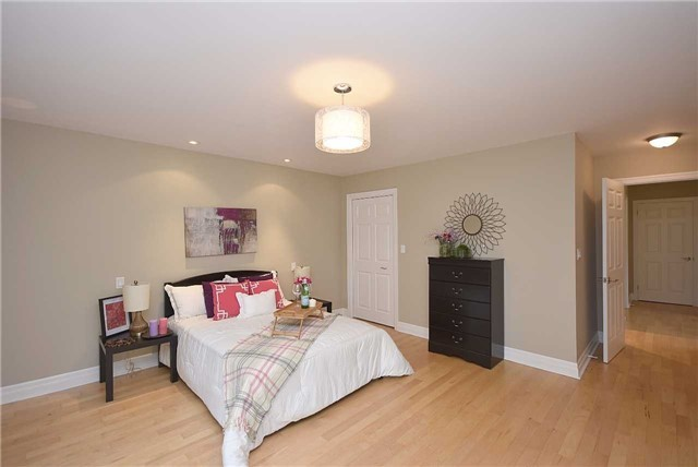 Detached at 13 Pine Ave N, Mississauga, Ontario. Image 5