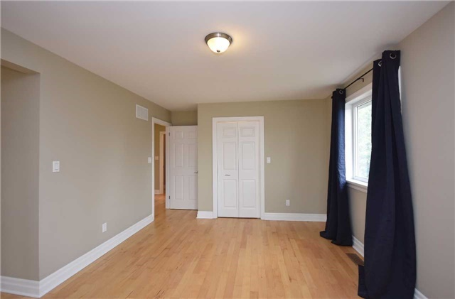 Detached at 13 Pine Ave N, Mississauga, Ontario. Image 8