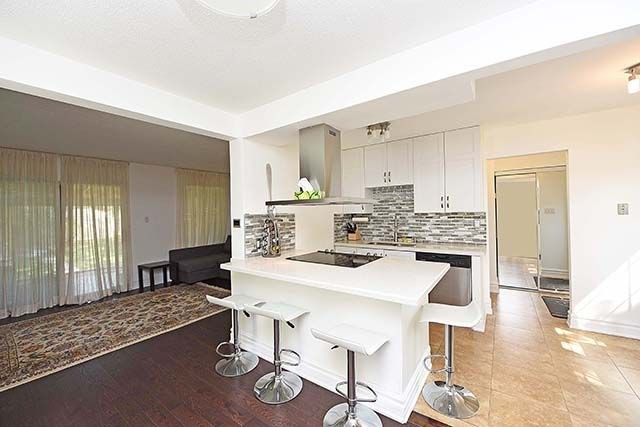 Detached at 389 Mississauga Valley Blvd, Mississauga, Ontario. Image 15