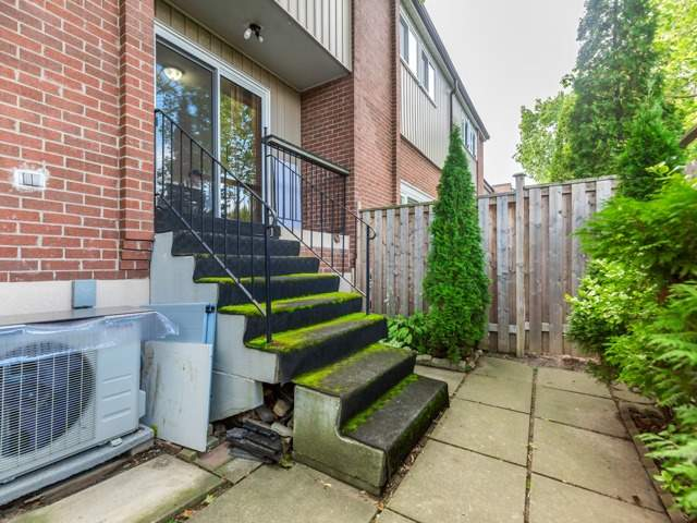 Condo Townhouse at 400 Bloor St E, Unit 104, Mississauga, Ontario. Image 7