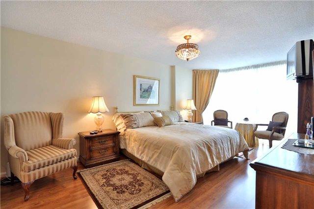 Condo Apartment at 1230 Marlborough Crt, Unit 810, Oakville, Ontario. Image 5