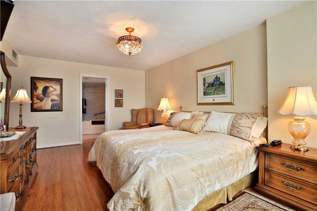 Condo Apartment at 1230 Marlborough Crt, Unit 810, Oakville, Ontario. Image 6