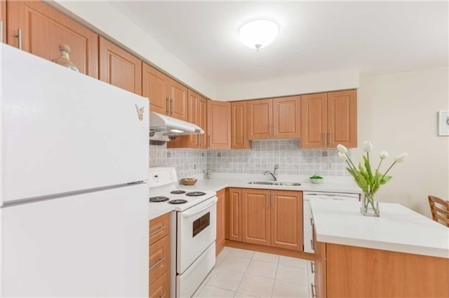Townhouse at 5051 Willowood Dr, Mississauga, Ontario. Image 12