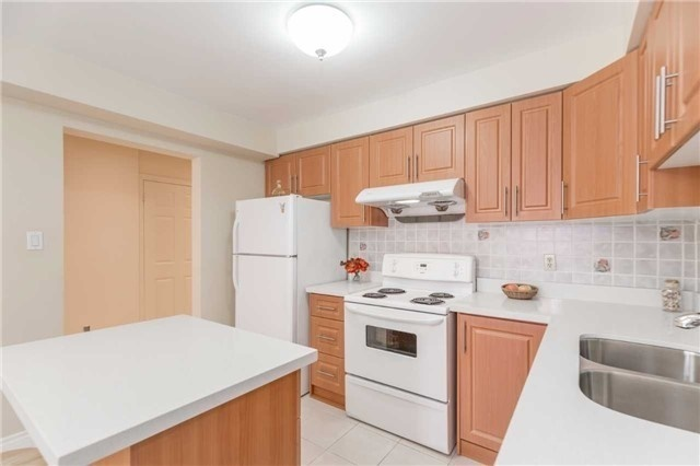 Townhouse at 5051 Willowood Dr, Mississauga, Ontario. Image 13