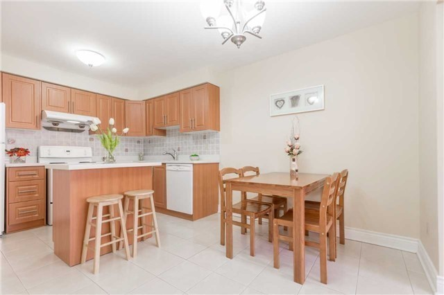 Townhouse at 5051 Willowood Dr, Mississauga, Ontario. Image 14