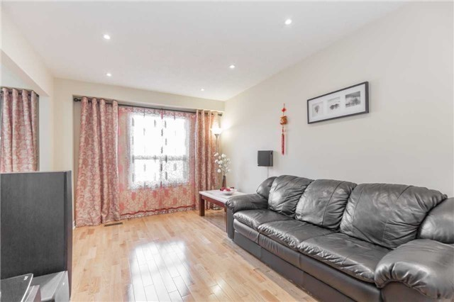 Townhouse at 5051 Willowood Dr, Mississauga, Ontario. Image 3