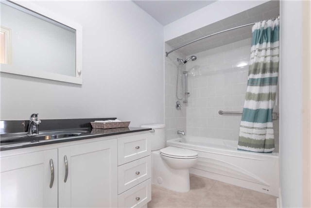 Townhouse at 5051 Willowood Dr, Mississauga, Ontario. Image 4