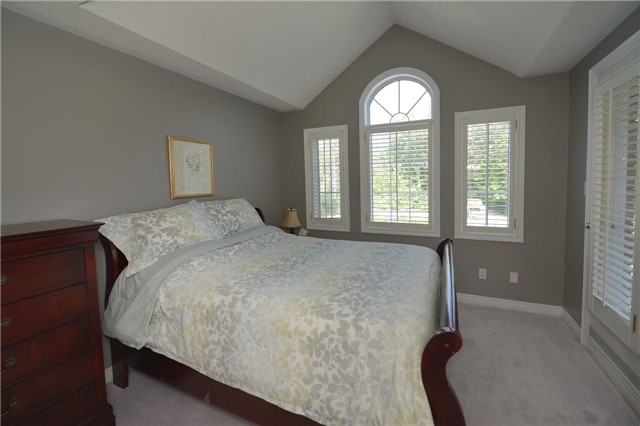 Detached at 1022 Waubanoka Way, Oakville, Ontario. Image 7