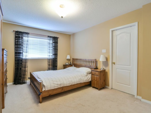 Link at 3355 Equestrian Cres, Mississauga, Ontario. Image 5