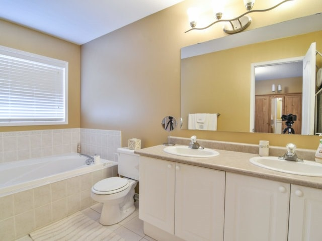 Link at 3355 Equestrian Cres, Mississauga, Ontario. Image 7
