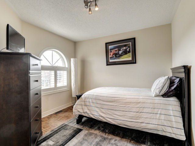 Detached at 36 Strawberry Hill Crt, Caledon, Ontario. Image 8