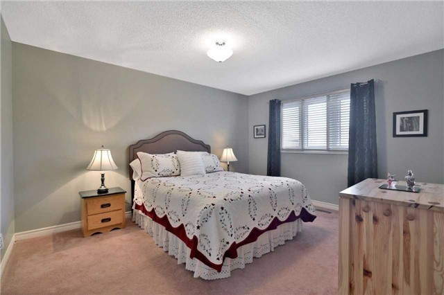 Detached at 2078 Castlefield Cres, Oakville, Ontario. Image 3