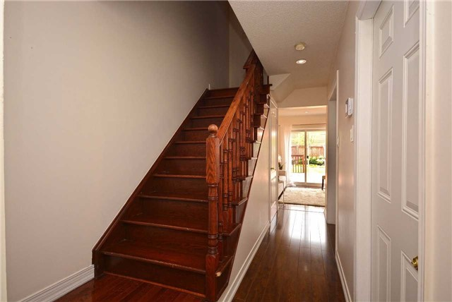 Semi-detached at 409 Oaktree Circ, Mississauga, Ontario. Image 12