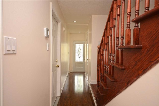 Semi-detached at 409 Oaktree Circ, Mississauga, Ontario. Image 13