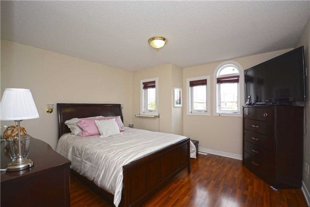 Semi-detached at 409 Oaktree Circ, Mississauga, Ontario. Image 2