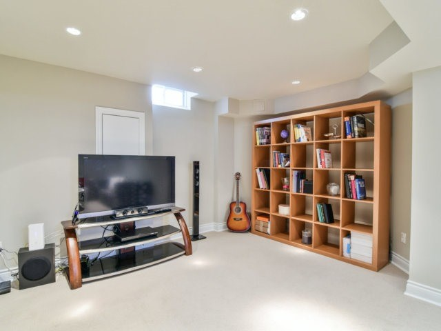 Detached at 5587 Brenchley Ave, Mississauga, Ontario. Image 8