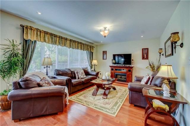 Detached at 979 Ferguson Dr, Milton, Ontario. Image 3