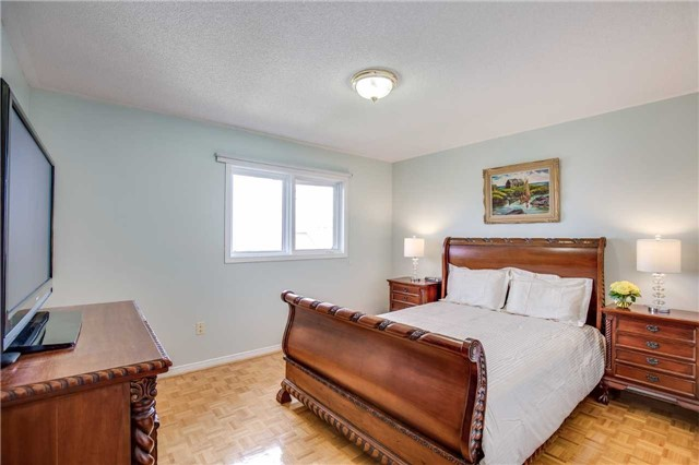 Semi-detached at 5616 Palmerston Cres, Mississauga, Ontario. Image 3