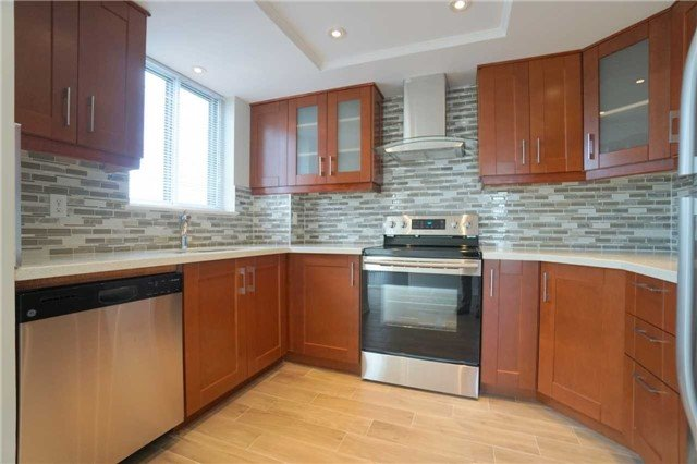 Condo Apartment at 880 Dundas St W, Unit 806, Mississauga, Ontario. Image 1