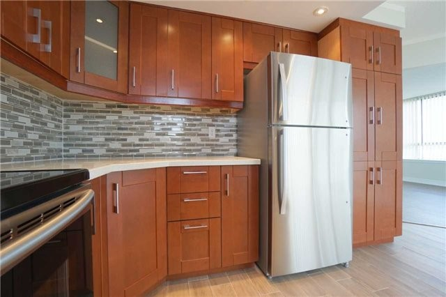 Condo Apartment at 880 Dundas St W, Unit 806, Mississauga, Ontario. Image 17