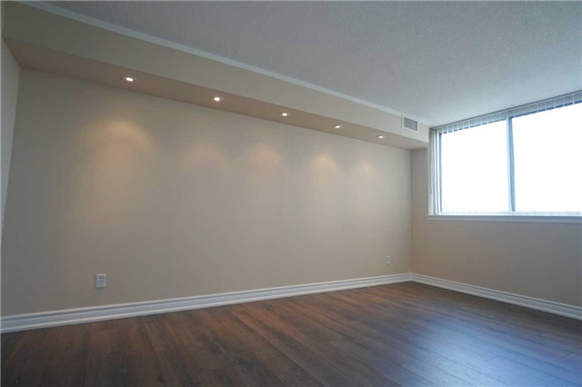Condo Apartment at 880 Dundas St W, Unit 806, Mississauga, Ontario. Image 6