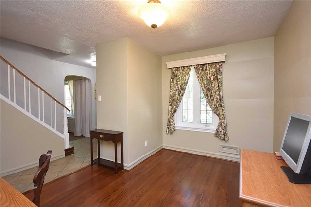 Detached at 2037 Courtland Cres, Mississauga, Ontario. Image 5