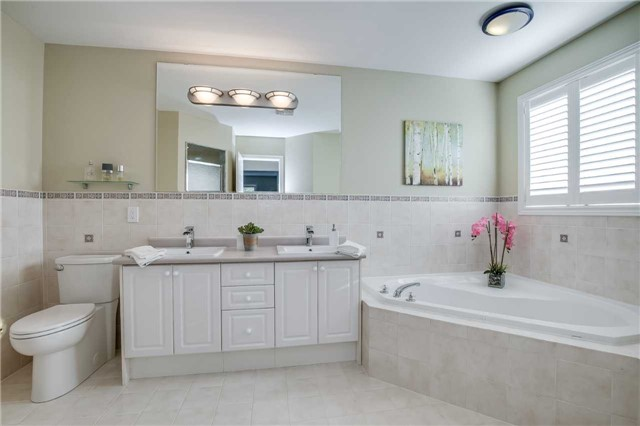 Detached at 2103 Summer Heights Tr, Oakville, Ontario. Image 3