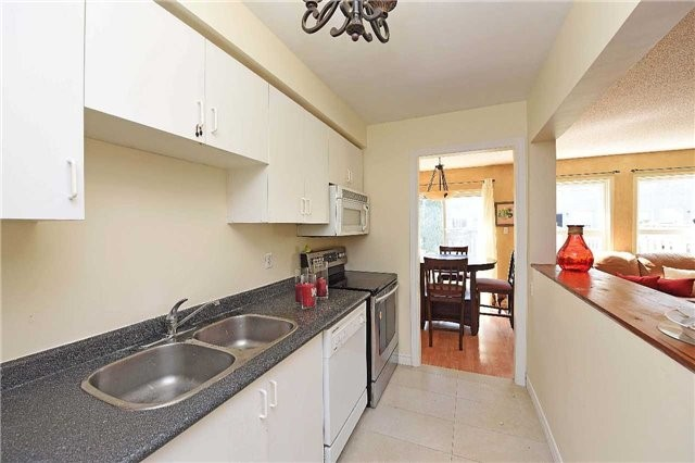 Condo Townhouse at 4 Goldberry Crt, Brampton, Ontario. Image 10
