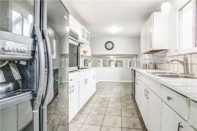Semi-detached at 566 Tedwyn Dr, Mississauga, Ontario. Image 4