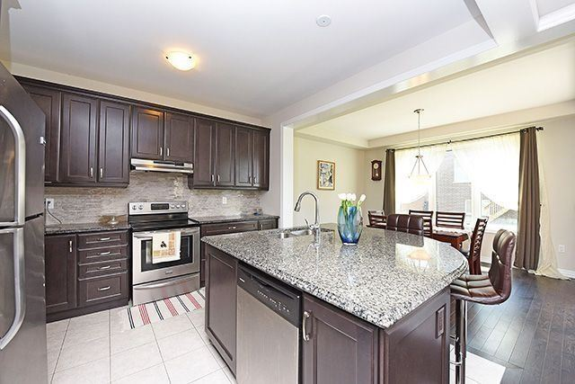 Detached at 3224 Carding Mill Tr, Oakville, Ontario. Image 4