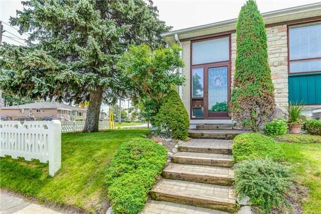 Semi-detached at 106 Duncanwoods Dr, Toronto, Ontario. Image 12