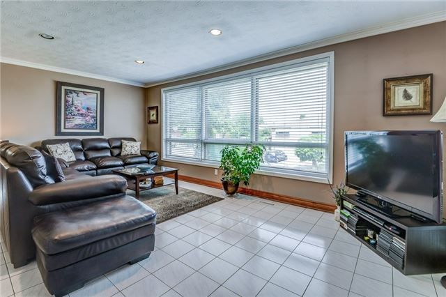 Semi-detached at 106 Duncanwoods Dr, Toronto, Ontario. Image 16