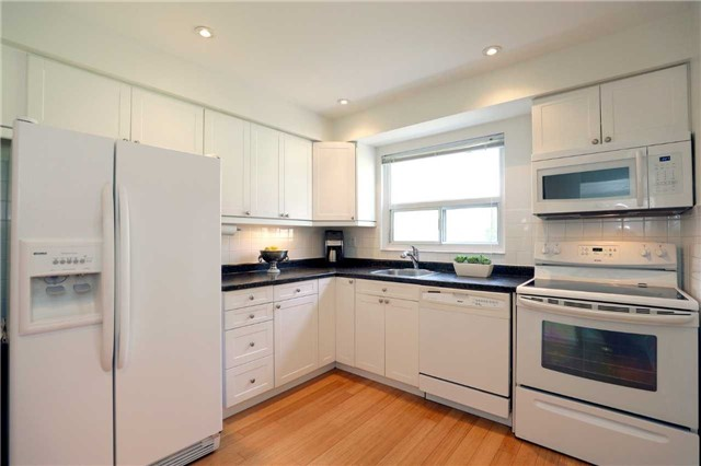 Condo Townhouse at 1055 Shawnmarr Rd, Unit 190, Mississauga, Ontario. Image 2