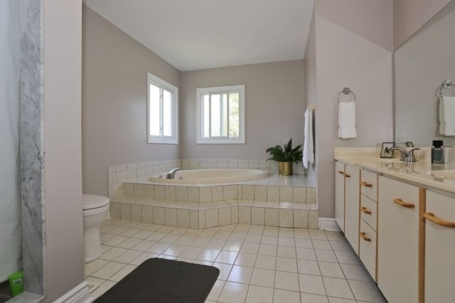 Detached at 5272 Champlain Tr, Mississauga, Ontario. Image 5