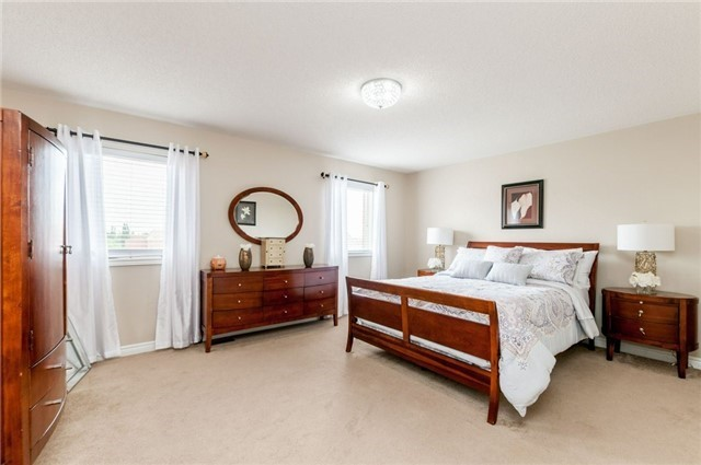 Detached at 101 Queen Mary Dr, Brampton, Ontario. Image 6