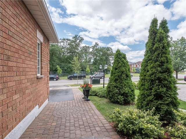 Detached at 3345 Grand Park Dr, Mississauga, Ontario. Image 9