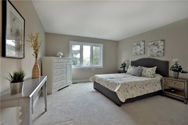 Detached at 5819 Riverside Pl, Mississauga, Ontario. Image 3