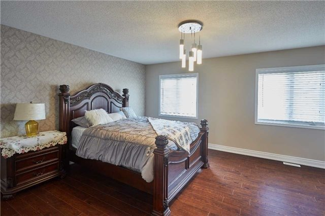 Townhouse at 723 Candlestick Circ, Mississauga, Ontario. Image 3