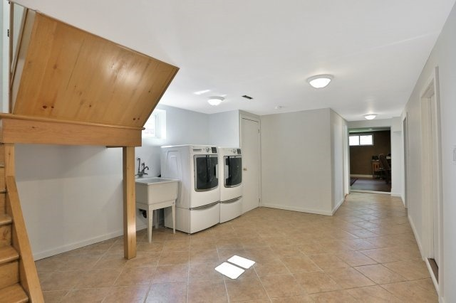 Detached at 16 Maple Ave N, Mississauga, Ontario. Image 5