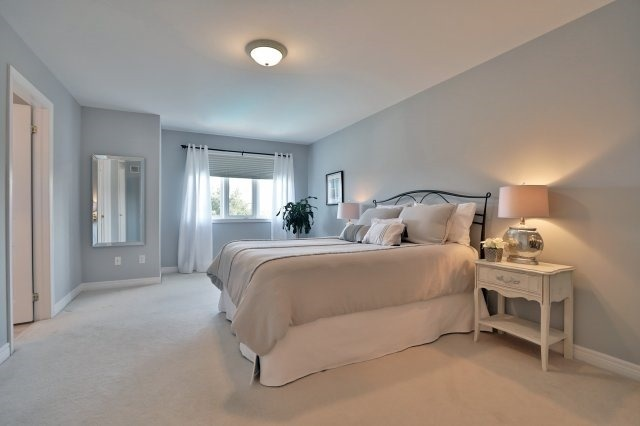 Semi-detached at 2271 Highcroft Rd, Oakville, Ontario. Image 2