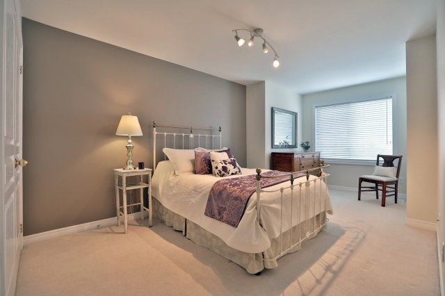 Semi-detached at 2271 Highcroft Rd, Oakville, Ontario. Image 4