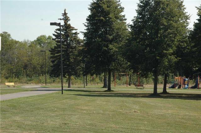Detached at 1210 Lakebreeze Dr, Mississauga, Ontario. Image 2