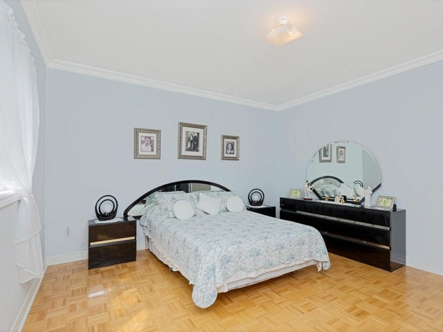 Detached at 7394 Watergrove Rd, Mississauga, Ontario. Image 2