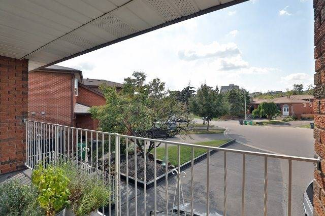 Semi-detached at 2613 Chisholm Crt, Mississauga, Ontario. Image 17
